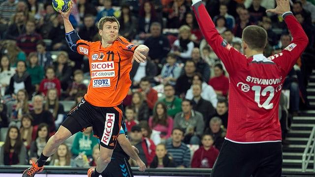 Angriff des Schaffhauser Laszek Starczan gegen den Goalie der Kroaten.