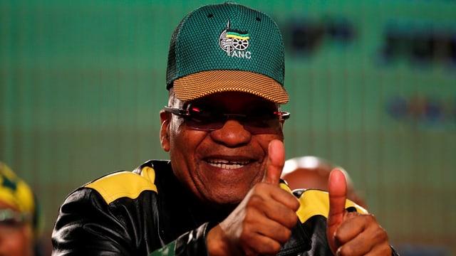 Jacob Zuma mit hochgestreckten Daumen und ANC-Mütze.