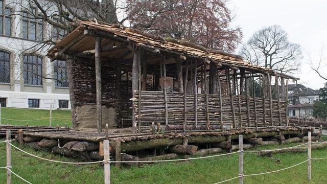 Im Originalmassstab nachgebautes Haus aus der Jungsteinzeit