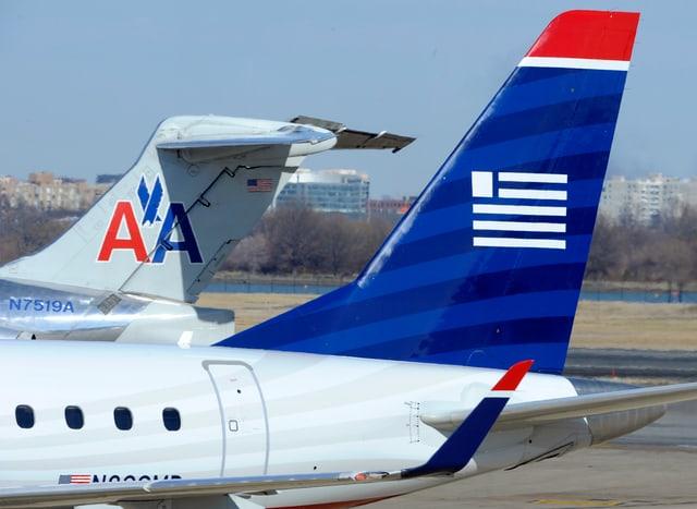 Zwei Flugzeuge der US Airline auf dem Flughafen