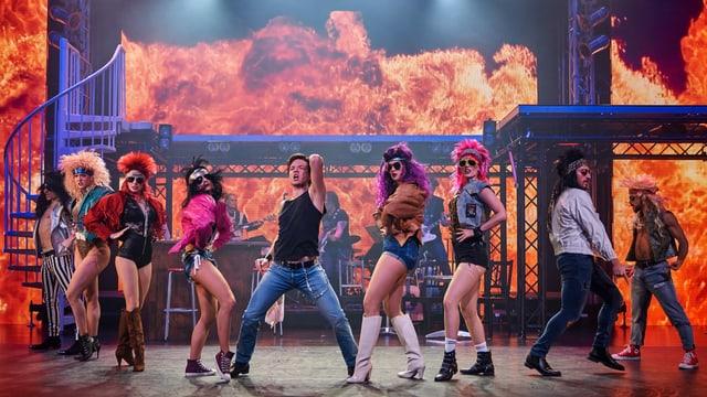 Darstellerinnen und Darsteller des Musicals Rock of Ages auf der Bühne.