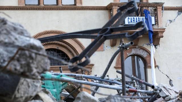 Zerstörung in Amatrice vor dem Polizeiposten. (keystone)