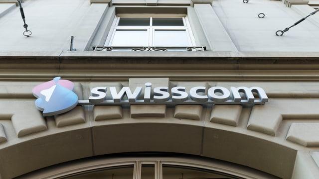 Swisscom-Logo an Hauswand.