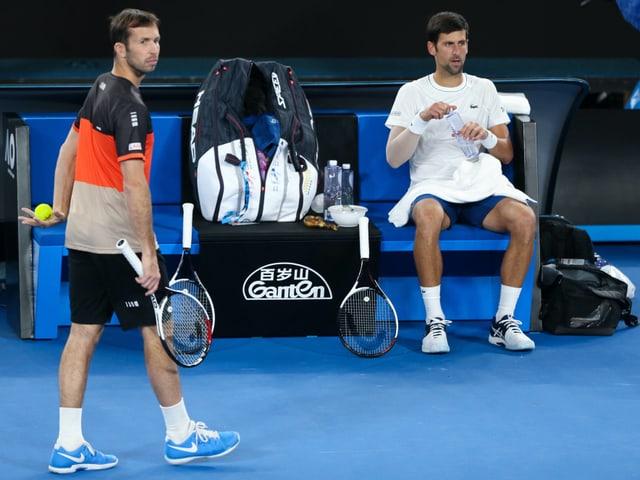 Radek Stepanek (links) und Novak Djokovic im Training