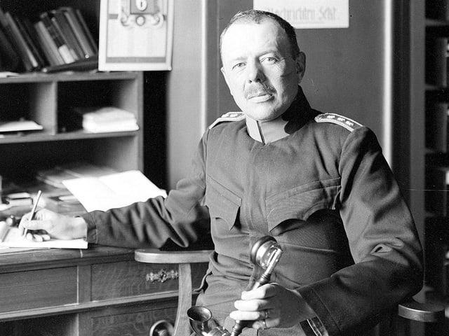 Eine alte Fotografie eines Mannes in Militäruniform