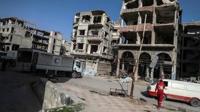 Frewillige laden in Duma in Syrien einen Hilfskonvoi ab.