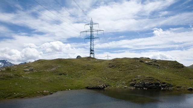 Stromleitungsmasten in der Bündner Landschaft