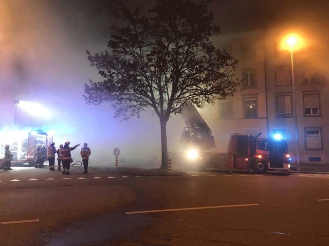 Feuerwehr in der Nacht bei Brandeinsatz.