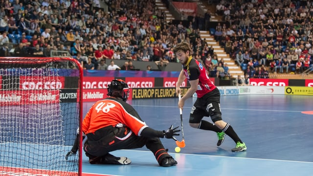 Unihockey-Spieler schiesst ein Tor.