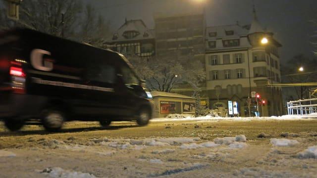 Schneebedeckte Strasse mit einem Auto