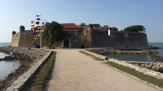 Militärische Anlage mit Zugang über Damm.