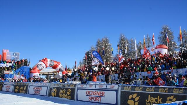 Die zahlreichen Schweizer Fans genossen im Zielraum von Salastrains die Sonne und den Sieg von Lara Gut.