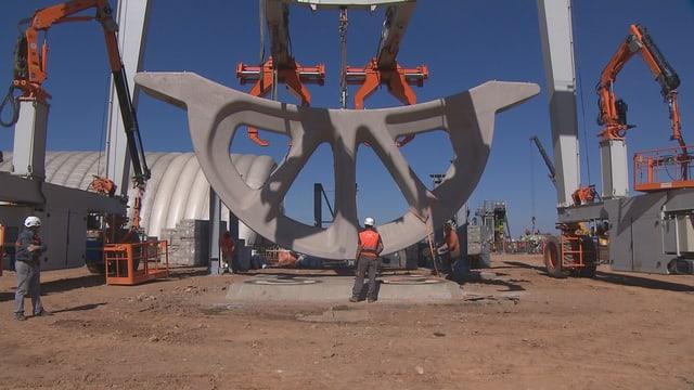 Spezialkräne transportieren die Elemente auf das Feld der grossen Solaranlage.