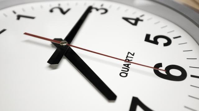Uhr zeigt Viertel nach sieben Uhr.