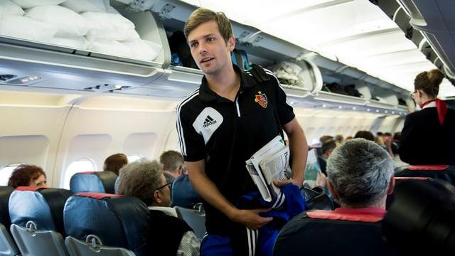 Valentin Stocker im Gang eines Flugzeugs