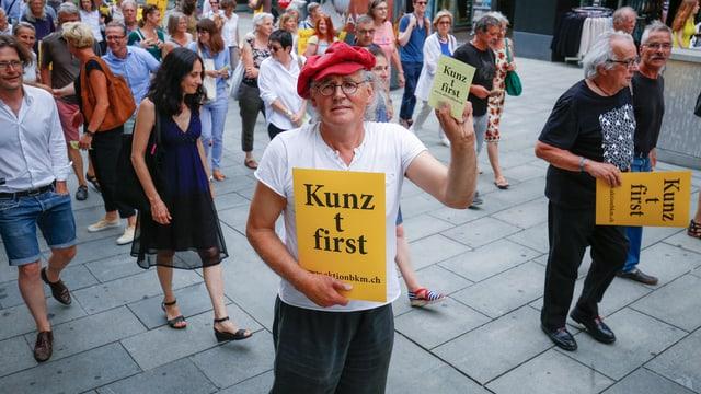 Linard Bardill und andere Kulturschaffende demonstrieren in Chur.