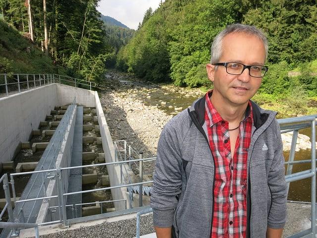 Roland Sutter, Projektleiter der EKZ vor seinem Werk, der neuen Fischtreppe.