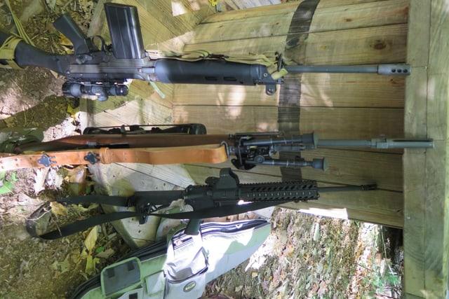 Gewehre der Milizionäre.