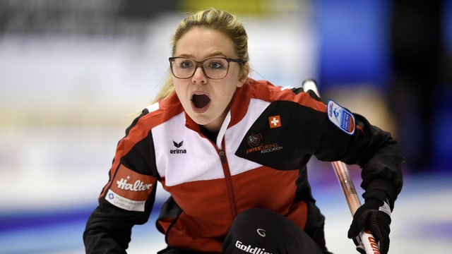 Alina Pätz gibt auf dem Eis Anweisungen.