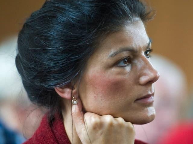 Portrait von nachdenklicher Sahra Wagenknecht