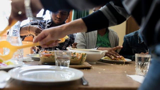 Junge Asylsuchende beim Mittagessen in einer vorläufigen Unterkunft in Rigi-Klösterli (Kanton Schwyz).