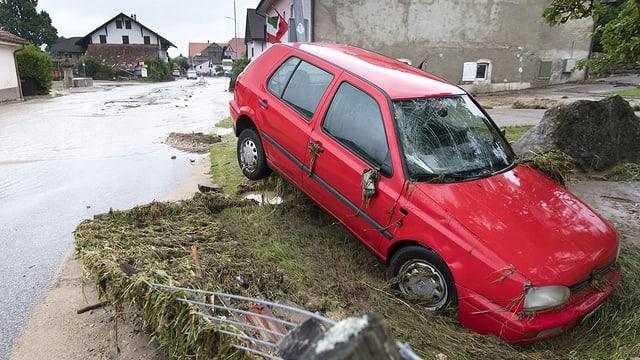 Purtret d'in auto cotschen ch'è vegnì stuschà en ina pitga.