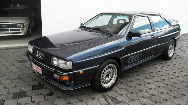 Dunkelblauer Audi Quattro