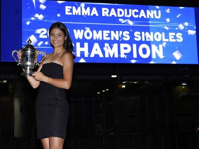 Emma Raducanu mit Pokal der US Open