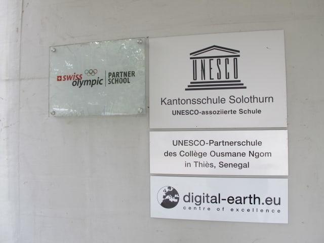 Schilder am Eingang der Schule