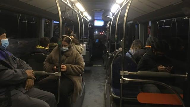 Menschen im Bus.