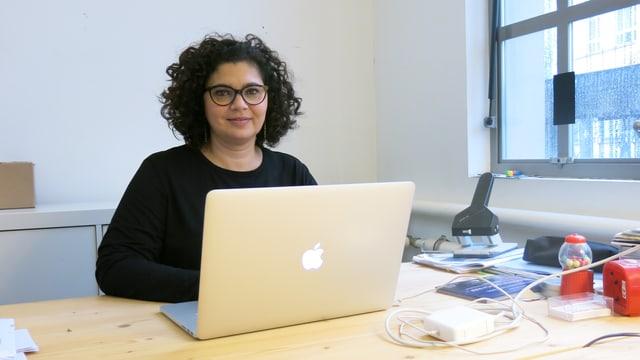 Frau sitzt vor Computer