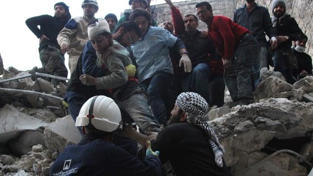 Ein verletzter Junge wird aus Trümmern in Aleppo geborgen.