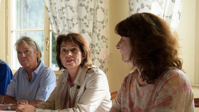Purtret Barbara Janom Steiner, Doris Leuthard ed Anna Giacometti.