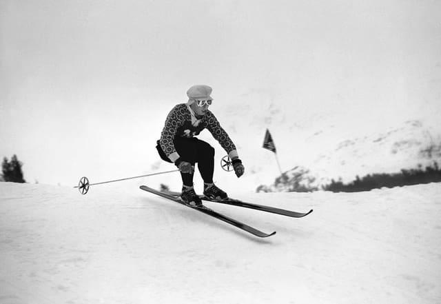 Der ungekroente Koenig der Lauberhornrennen, Karl Molitor, rast in der Abfahrt dem Sieg entgegen, aufgenommen am 21. Januar 1945. Molitor dominierte in den vierziger Jahren die Lauberhornrennen und ist mit insgesamt 11 Siegen, 6 zweiten und 3 dritten Plaetzen der erfolgreichste Sportler am Lauberhorn.