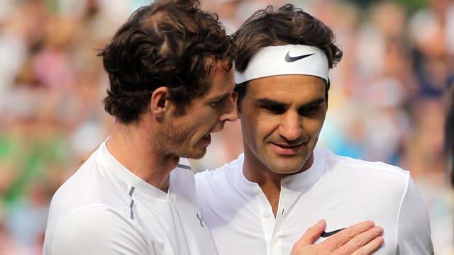 Tennisspieler gratulieren sich gegenseitig.