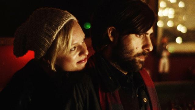 Ashley (Elisabeth Moss) umarmt Philip (Jason Schwartzman).
