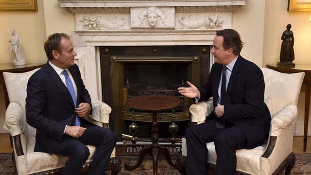 purtret da Donald Tusk e David Cameron che discurran