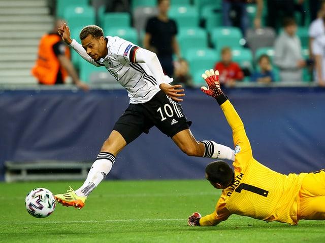 Lukas Nmecha schiebt ein zum entscheidenden 1:0 für Deutschland.