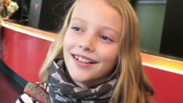 Ein Mädchen mit einem bunten Schal