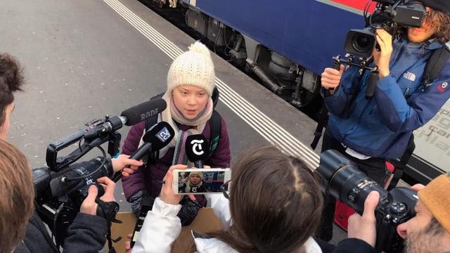 Greta Thunberg wird am Hauptbahnhof in Zürich von Schweizer Journalisten empfangen.