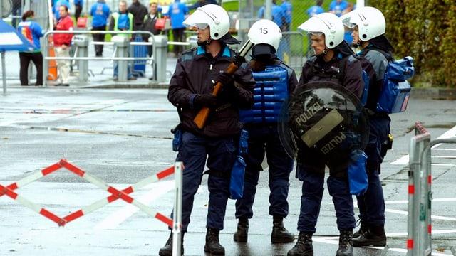 Polizisten beobachten vor dem Allmend Stadion Luzern die Fussballfans.