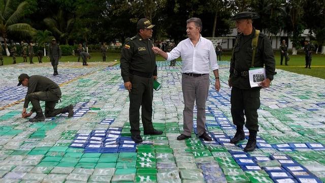 Juan Manuel Santos mit Sicherheitskräften