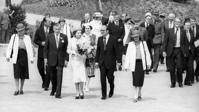 Die britische Königin Elizabeth beim Besuch der Grün 80.