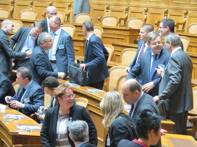Verschiedene Parlamentarier bergüssen sich.