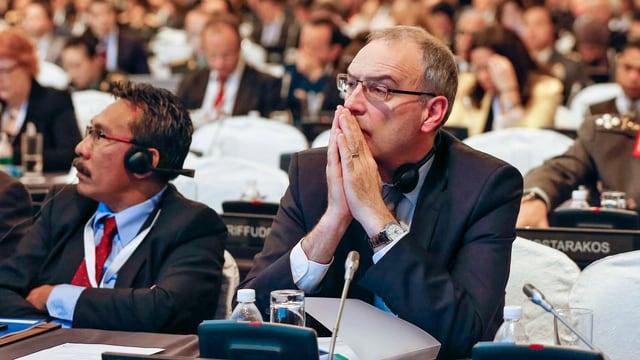 Parmelin an einem Pult der Konferenz.