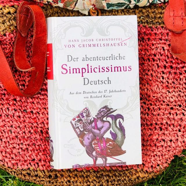 Der Schelmenroman «Der abenteuerliche Simplicissimus Deusch» von Hans Jacob Christoffel von Grimmelshausen liegt auf einer Beuteltasche