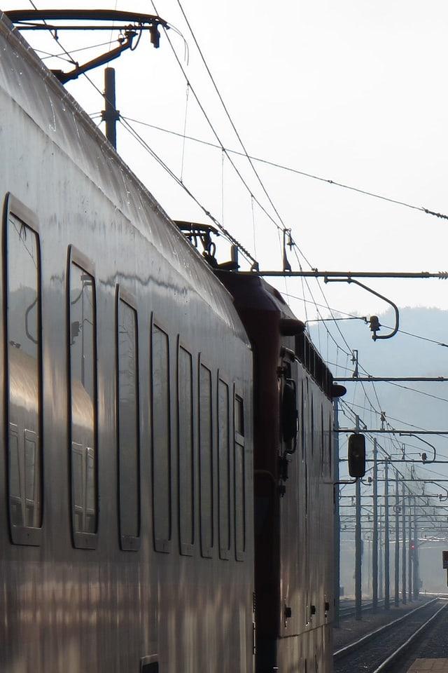 Zwei Züge stehen parallel nebeneinander auf den Gleisen in der Morgendämmerung.