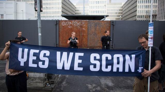 «Yes we scan»: Demonstranten in Deutschland hissen Flagge gegen das Datensammeln der USA.