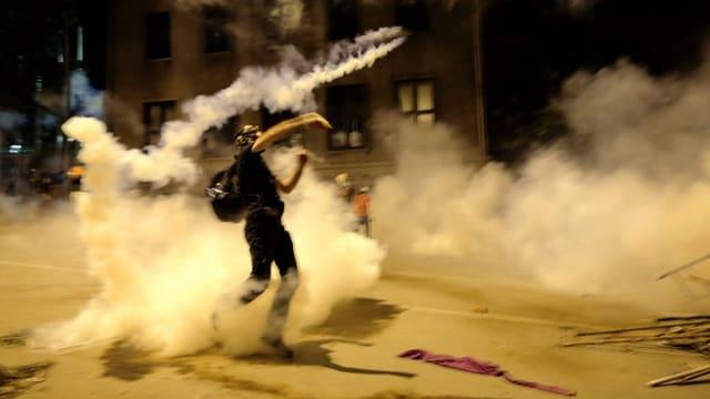 Demonstrant in der Türkei im Tränengasnebel. Er demonstriert gegen Premierminister Erdogan.