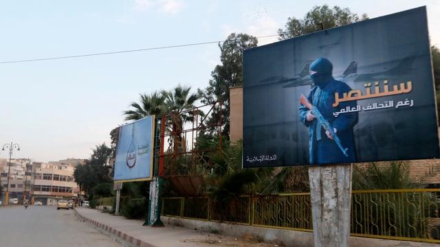 IS-Plakate an einer Strasse in Rakka, Syrien.